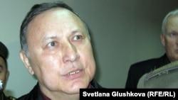Серик Баймаганбетов, бывший председатель комитета таможенного контроля, в зале суда. Астана, 19 сентября 2012 года.