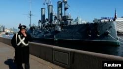 """Крейсер-музей """"Аврора"""" на вечной стоянке у Петроградской набережной"""