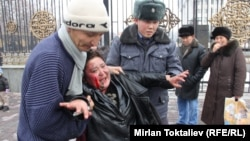 Полицајците ја изгаснаа запалената жена пред Парламентот во Бишкек.