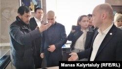 Активисты беседуют с членами партии «Нур Отан» в Алматы. 5 марта 2020 года.