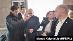 Гражданский активист Альнур Ильяшев (слева) обращается к первому заместителю председателя алматинского городского филиала партии «Нур Отан» Станиславу Канкурову. Алматы, 5 марта 2020 года.