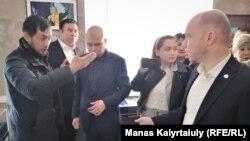 """""""Нұр Отанның"""" Алматыдағы бөлімшесінде тұрған белсенділер мен партия өкілдері. 5 наурыз 2020 жыл."""