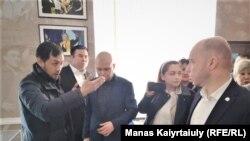 Активисттер Алматыда «Нур Отандын» мүчөлөрү менен сүйлөшүп жатышат. 5-март, 2020-жыл.