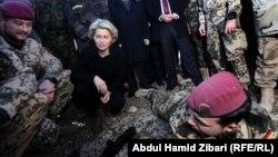 وزيرة الدفاع الالمانية اورزولا فون دير لاين في معسكر تدريب قرب اربيل