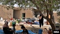 Луѓе седат пред своите уништени домови од земјотрес