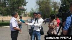 Кара-Балта шаарында өтөөрү белгиленген митингге эл келбей, журналисттер уюштуруучулардан интервью алып тарап кетти