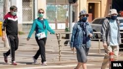 Илустрација- Луѓе со маски во Скопје