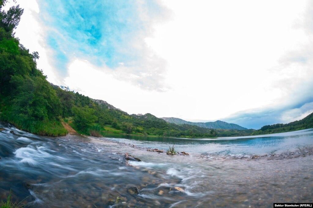Сары-Челек көлүнөн агып чыккан Кожо-Ата дарыясы Кыла-Көл көлүнө куят. Көлдүн тегерегин жаңгак токою курчап турат.
