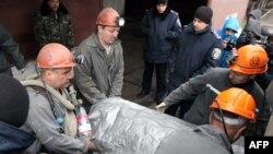 Спасатели эвакуируют тело погибшего шахтера