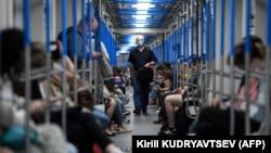 Москва метроси йўловчилари, 2020 йил 3 августи.