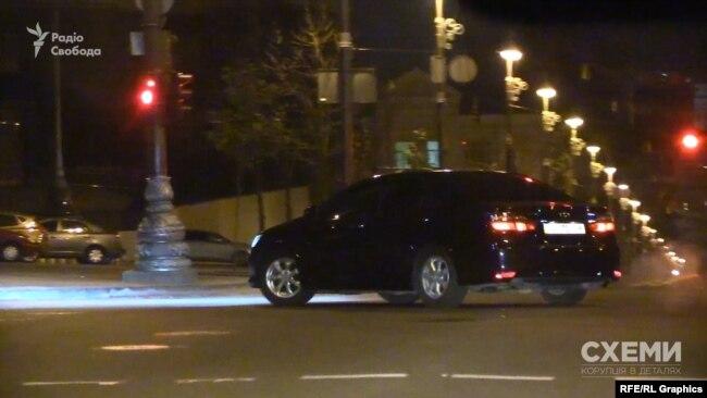«Тойота кемрі» обігнала авто «Схем» на перехресті і рушила в сторону Офісу президента.