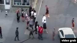 Видеодон алынган скриншот. Екатеринбургда кыргыз-тажик мигранттарынын мушташы. 2020-жыл.