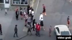 Скриншот видео, на котором запечатлен конфликт между кыргызстанцами и таджикистанцами. 2020 г.