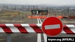 Ремонт обвалившегося участка объездной дороги возле Симферополя, январь 2015 года. Иллюстрационное фото