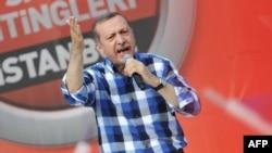 Recep Tayyip Erdoğan İstanbulda tərəfdarları qarşısında çıxış edir - 16 iyun 2013.