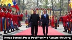 Liderët koreanë në fshatin kufitar Panmunjom