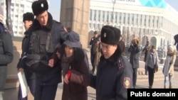Задержание блогера, редактора социальных сетей Азаттыка Дины Байдилдаевой. Алматы, 8 декабря 2014 года.