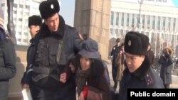 Момент задержания блогера Дины Байдилдаевой. Алматы, 8 февраля 2014 года.
