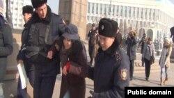 Блогер Дина Байділдаеваны полиция әкетіп барады. Алматы, 8 ақпан 2014 жыл.
