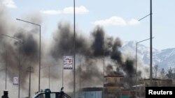 """Ауған әскері мен """"Талибан"""" атысып жатқан маңнан шыққан өрт түтіні. Кабул, 1 наурыз 2017 жыл."""