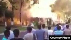WhatsApp орқали Озодликка йўлланган видеода ёнаётган автобус акс этган.