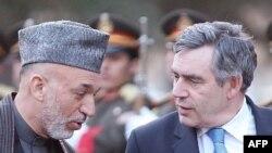 آقای براون پس از دیدار با نظامیان بریتانیایی به کابل سفر کرد تا با حامد کرزای، رییس جمهوری افغانستان گفت وگو کند.