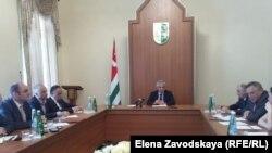 Президент Абхазии поручил главе Нацбанка встретиться с руководителями коммерческих банков и согласовать все вопросы. Окончательный вариант программы кредитования малого и среднего бизнеса должен лечь ему на стол до 15 июня