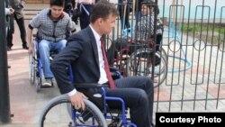 Сотрудники акимата Западно-Казахстанской области на инвалидных колясках.