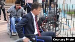 Батыс Қазақстан облысы әкімшілігі қызметкерлері мүгедектер арбасына мініп, қала аралап жүр.