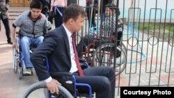 Сотрудники акимата Западно-Казахстанской области проехались в инвалидных колясках, чтобы проверить доступность общественных мест для людей с ограниченными возможностями.