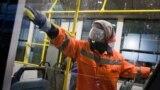 «Krımtrolleybus» müessisesiniñ hadimi er künlik trolleybuslarnı antibakterial yuvuv vaqtında