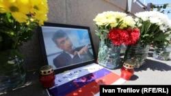 Цветы и свечи на месте убийства Бориса Немцова