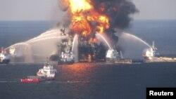 Pamje nga përpjekjet për fikjen e zjarrit në platformën DFeepwater Horizon në vitin 2010