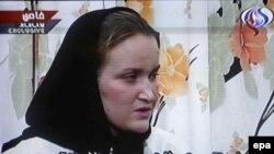 «فی ترنی» زن ۲۶ ساله بريتانيايی که در ميان ملوانان دستگير شده است در تصاویر چخش شده با اشاره به اينکه ملوانان وارد آب های ايران شده اند می گويد ايرانيان با ملوانان بريتانيايی رفتار خوبی دارند
