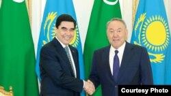 Gurbanguly Berdimuhamedow Nursultan Nazarbaýew bilen duşuşyk wagtynda. Arhiw suraty.