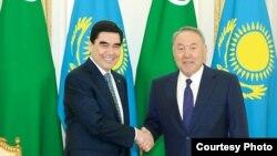 Türkmen we gazak prezidentleri Gurbanguly Berdimuhamedow, Nursoltan Nazarbaýew duşuşyk mahalynda. TDH-nyň fotosuraty.