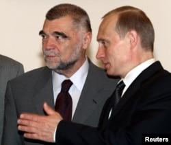 Президент Російської федерації Володимир Путін приймає у Москві президента Хорватії Стіпе Месича. Квітень 2002 року