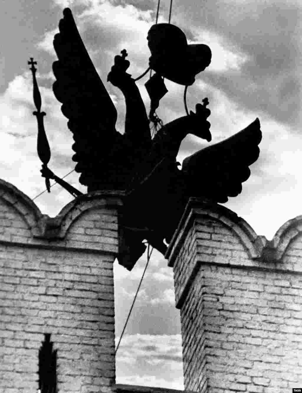 Царский двуглавый орел вынимается из шпиля Кремля после переворота. Орлов заменили коммунистические красные звезды, которые сегодня венчают шпили Кремлевских башен