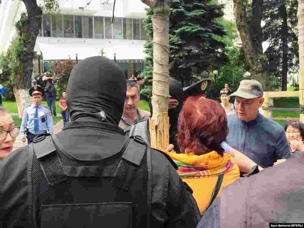 Азаттық тілшісінің оқиға орнынан хабарлауынша, Алматыда наразылық акциясы болған жерден полиция 80-ге жуық адамды ұстап әкеткен.