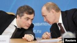 Архівне фото: Владислав Сурков (ліворуч) і Володимир Путін