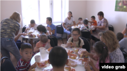 Дети и их родители во время обеда в центре «Акжол-М». Алматинская область, 21 августа 2018 года.