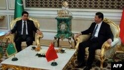 Встреча президента Туркменистана Гурбангулы Бердымухамедова (слева) и президента Китая Си Цзиньпина в Ашгабате. 3 сентября 2013 года.