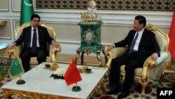 Түркіменстан президенті Гурбангулы Бердімұхамедов (сол жақта) пен Қытай президенті Си Цзиньпин кездесу кезінде. Ашғабад, 3 қыркүйек 2013 жыл