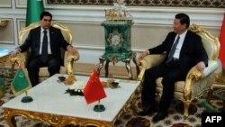 Президент Туркменистана Гурбангулы Бердымухамедов (слева) и президент Китая Си Цзиньпин. Ашгабат, 3 сентября 2013 года.
