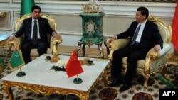 Кинескиот претседател Кси Џинпинг на средба со неговиот туркменистански колега Гурбангули Бердимухамедов во Ашкабад.