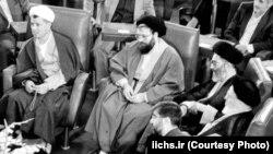 آیتالله خامنهای ساعاتی پس از اعلام درگذشت آیتالله خمینی در نشست مشترک مسئولان جمهوری اسلامی و نمایندگان خبرگان