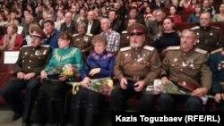 Алдыңғы қатардың сол жақ шетінде отырған - өзін «Жетісу казактары одағының» атаманы санайтын Владимир Шихотов. Алматы, 3 қараша 2015 жыл.