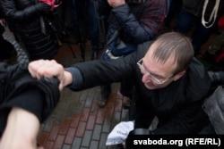 Сяргей Клішэвіч хапае актывістаў «Маладога Фронту» падчас адкрыцьця помніка Леніну каля МТЗ