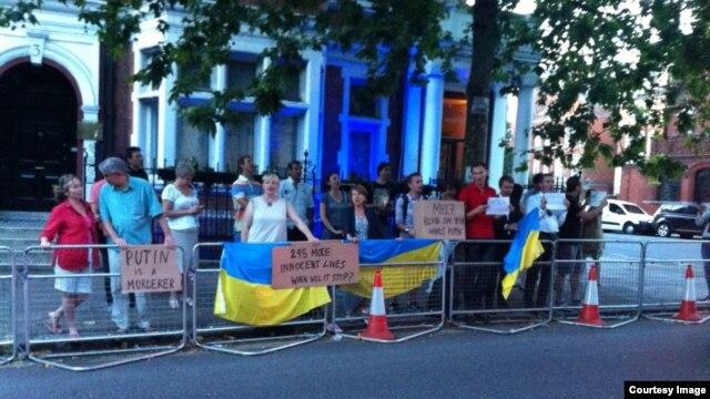 Українські демонстранти прийшли до посольства Росії, Лондон, 17 липня 2014 року, фото Chrystyna Sofia