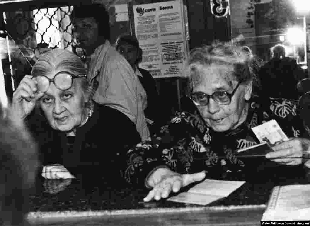 Women at a savings bank in 1998. The year saw economic turmoil for ordinary Russians when the ruble lost 34 percent of its value against the dollar within four months.